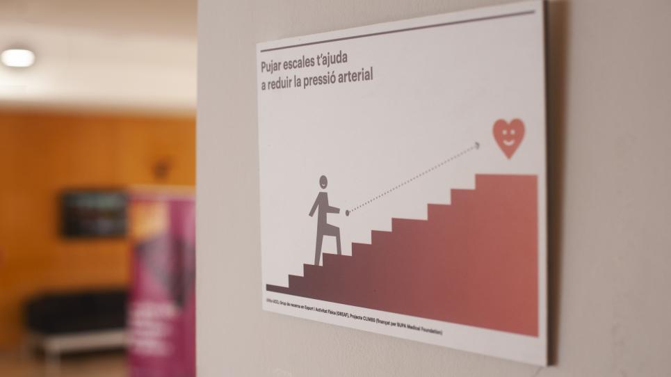 Cartells informatius per conscienciar dels beneficis de pujar per les escales, en una acció del GREAF i l'AISG