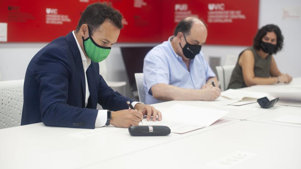 Signatura del conveni entre la UVic-UCC i Zyrcular Foods