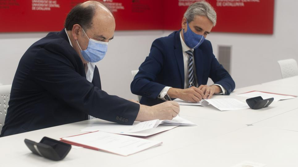 Signatura del contracte entre la UVic-UCC i etalentum